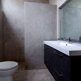 Kylpyhuoneen lisäksi mikrosementtiä tai hartsia voi käyttää myös esim. keittiössä tai olohuoneessa.